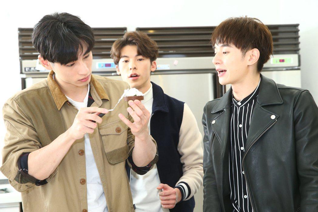 「我的男孩」張軒睿(右)、許光漢(中)、章廣辰(左)做甜點。記者曾學仁/攝影
