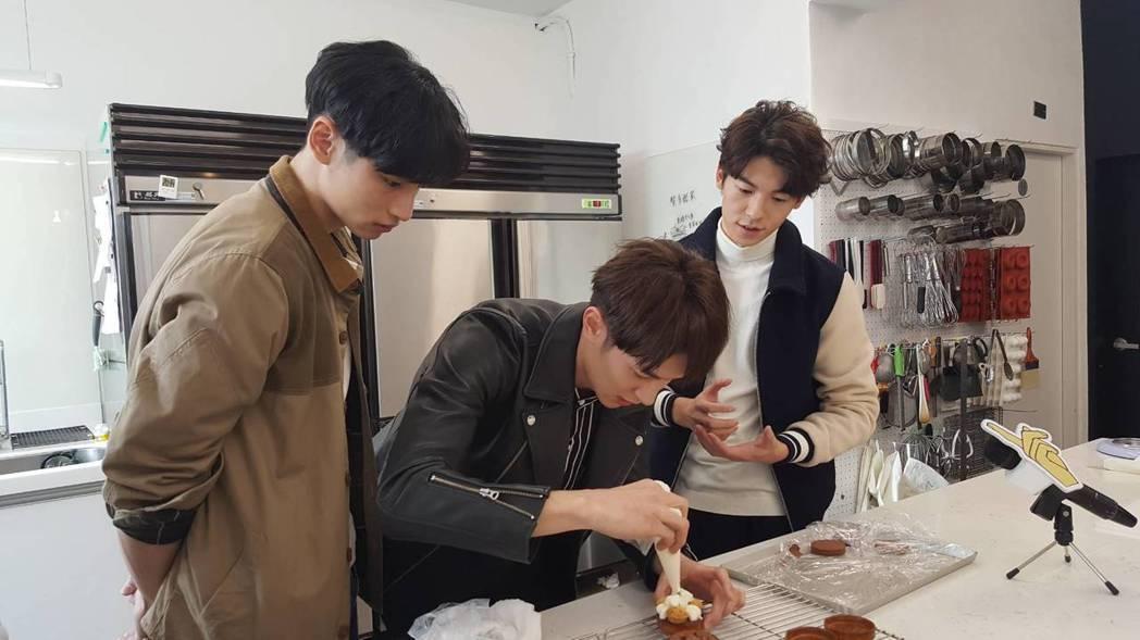 許光漢(右起)、張軒睿、章廣辰細心學做甜點。記者杜沛學/攝影