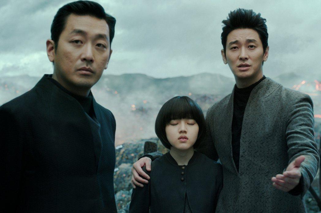 河正宇(左起)、金香起以及朱智勳合演的「與神同行」票房大賣,全台已破億。圖/采昌