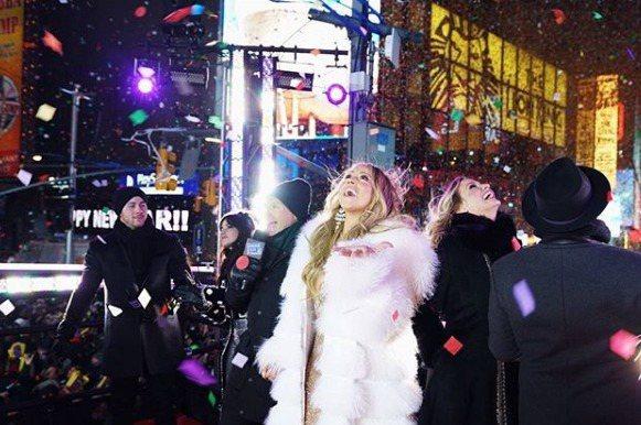 「花蝴蝶」瑪麗亞凱莉曾於2016年受邀成為跨年演唱嘉賓,卻疑似耳麥收音不良無法演唱,整首歌只能扭腰擺臀,或是將手上麥克風指向台下,要觀眾接唱,瑪麗亞因此也被媒體譏笑一整年,但她決定再度擔任紐約時報廣...