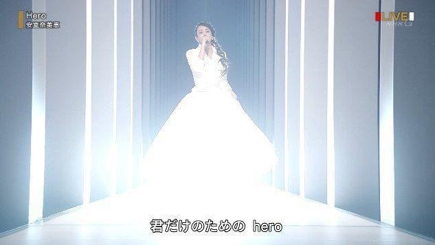 安室身穿全白洋裝演唱。圖/摘自NHK