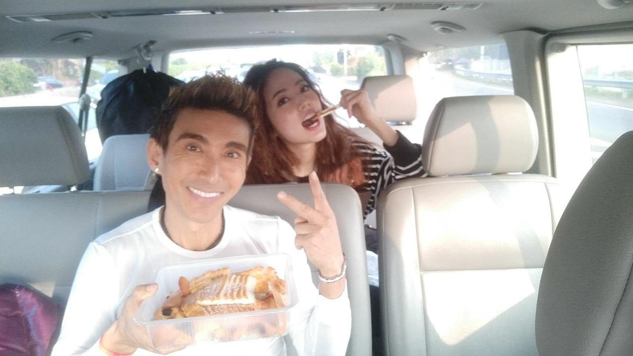 潘若迪與阿諾一上車就開吃。圖/艾迪昇提供