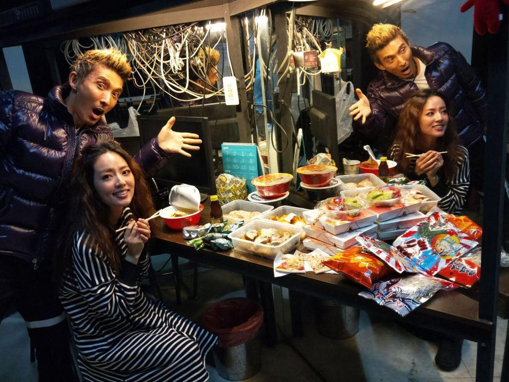 潘若迪與阿諾後台食物擺滿整桌。圖/艾迪昇提供