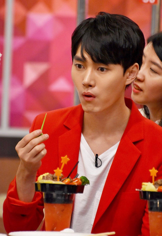 李敏豪上節目吃台灣小吃。圖/衛視中文台提供