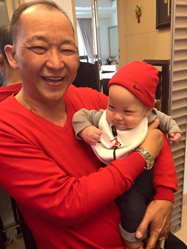 徐若瑄父親(左)和孫子Dalton合照。圖/摘自臉書
