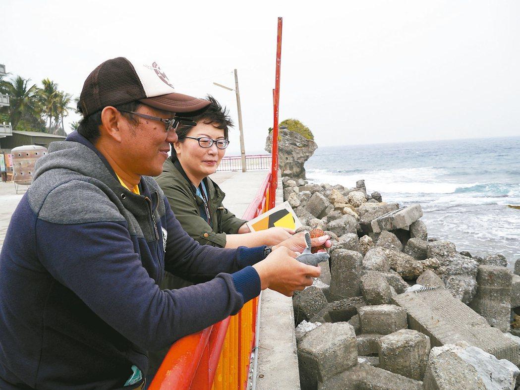 民宿主人帶隊走訪小琉球深度生態。 記者羅建怡/攝影