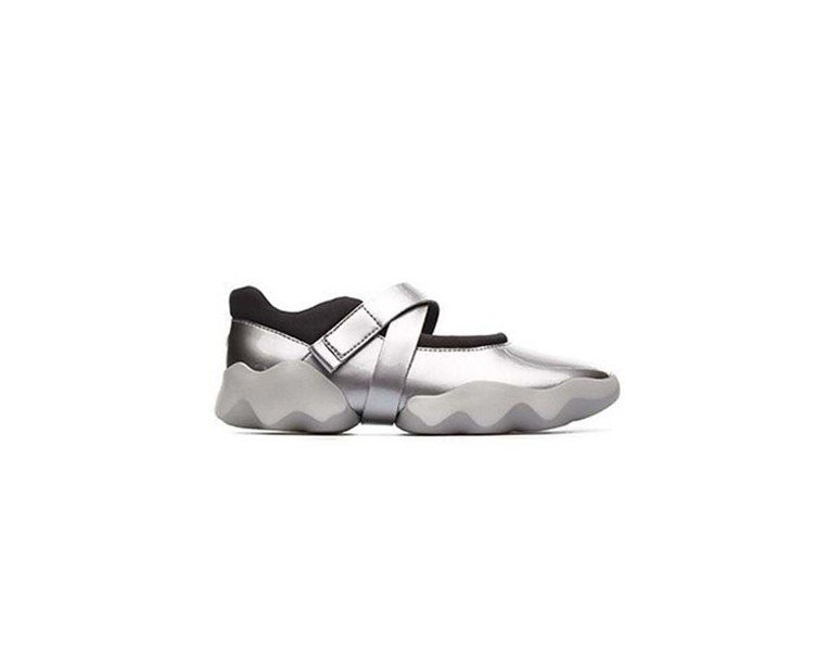 Duo系列銀色休閒鞋,7,680元(女款)。圖/Camper提供