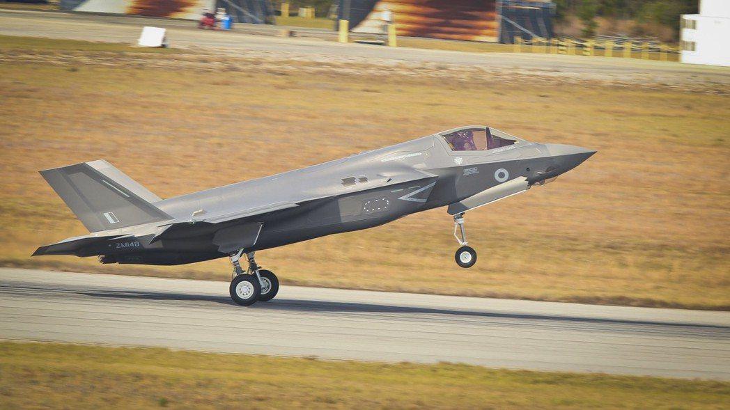 適合陸戰隊使用,可以垂直起降的F-35B,單機成本粗估是1億2000萬美元,折合...