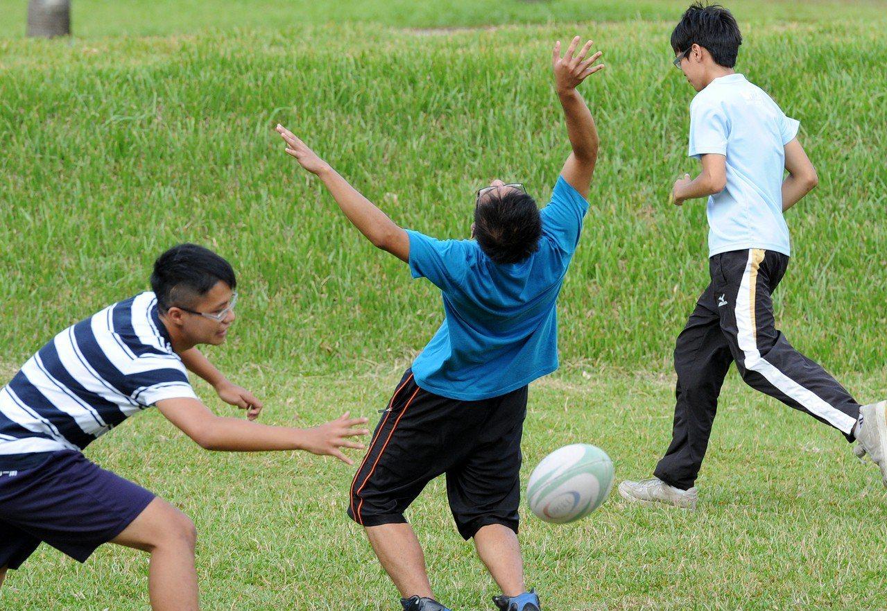 圖為大學生在校園活動的情形。聯合報系資料照/記者陳正興攝影