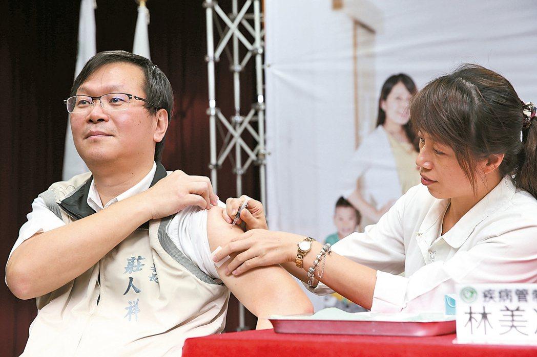 疾管署副署長莊人祥(左)接受疫苗接種。 報系資料照