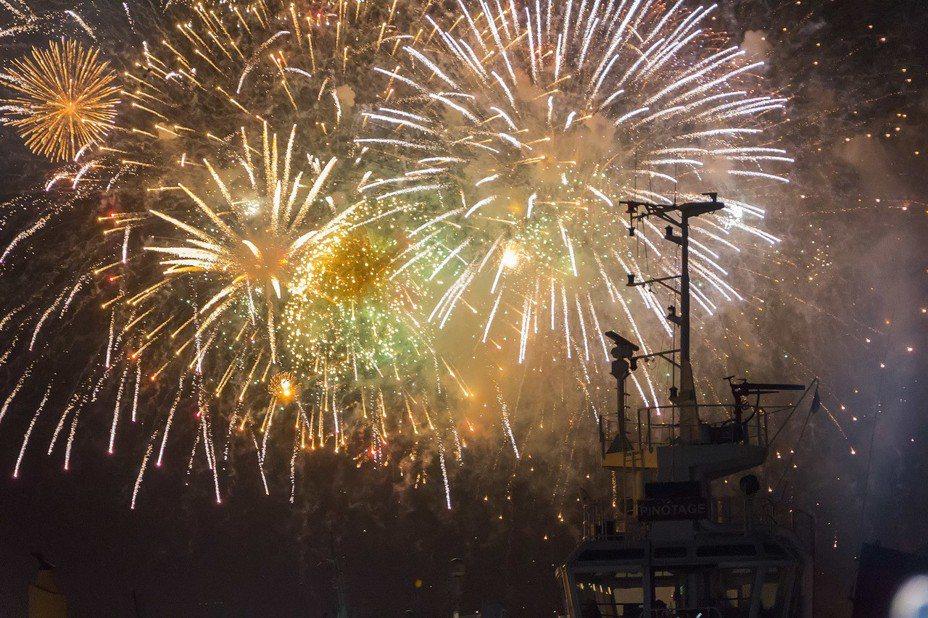 南非開普敦12月31日在維多利亞港灣舉行跨年焰火狂歡活動,慶祝新年到來。 新華社
