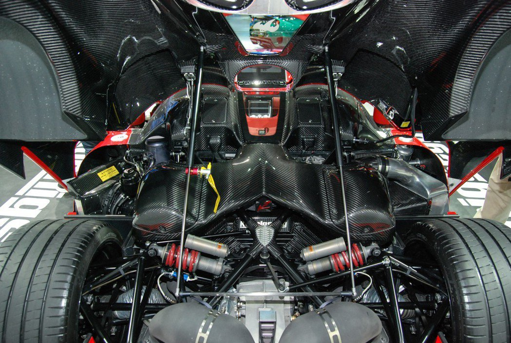 Agera R 採MR中置後驅設定,搭載 5.0升 V8 雙渦輪增壓引擎,結合7速雙離合器自手排後,最大馬力高達 1,116 匹/127.5 公斤米。 記者林鼎智/攝影