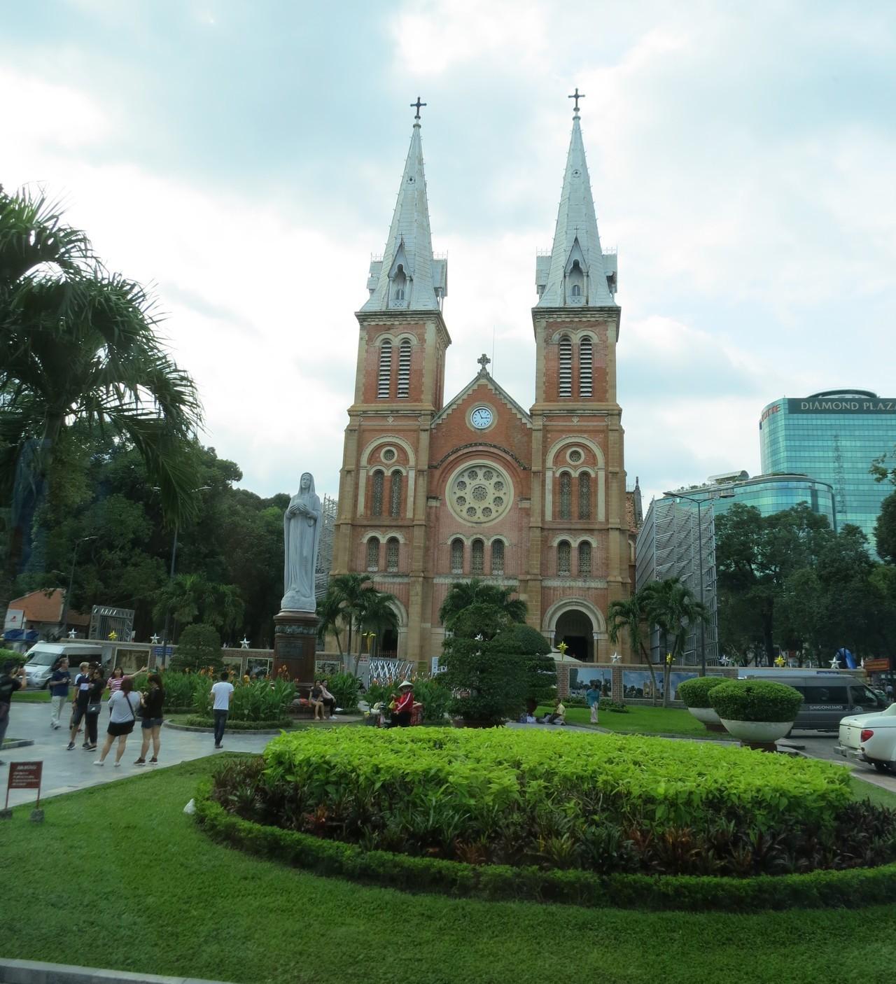 胡志明市最大的教堂「聖母大教堂」,這座教堂與粉紅教堂一樣,因為磚紅色的外觀十分醒...
