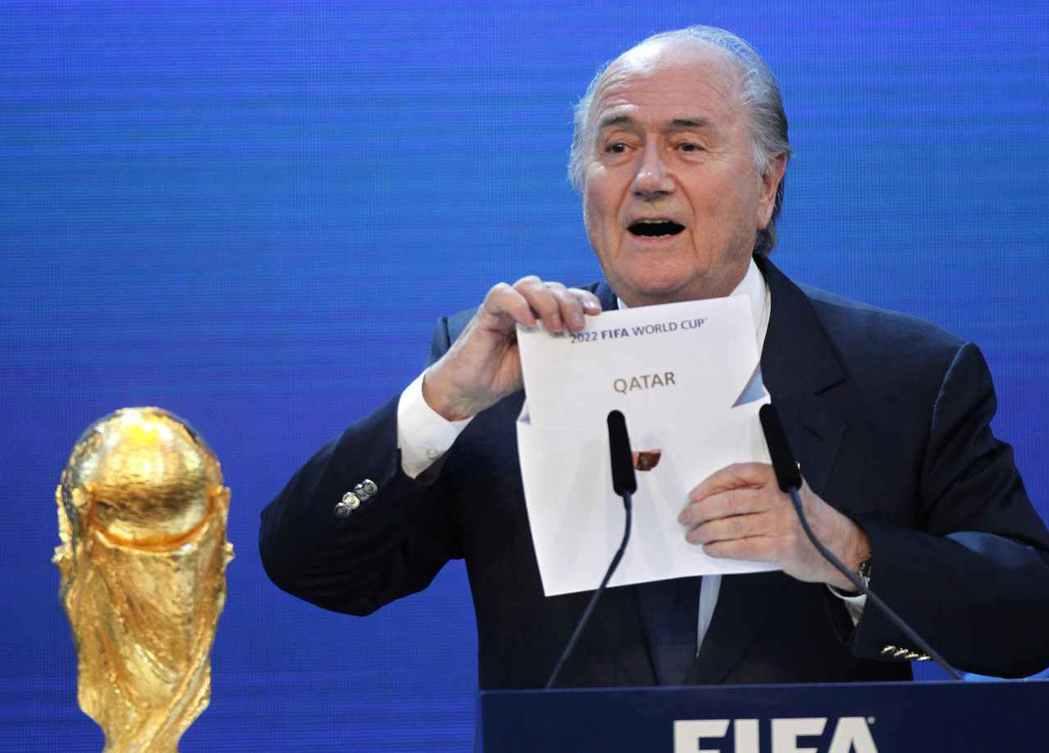 「主辦世界盃的是——卡達!」圖為2010年,前FIFA主席布拉特,在爭議之中宣布...