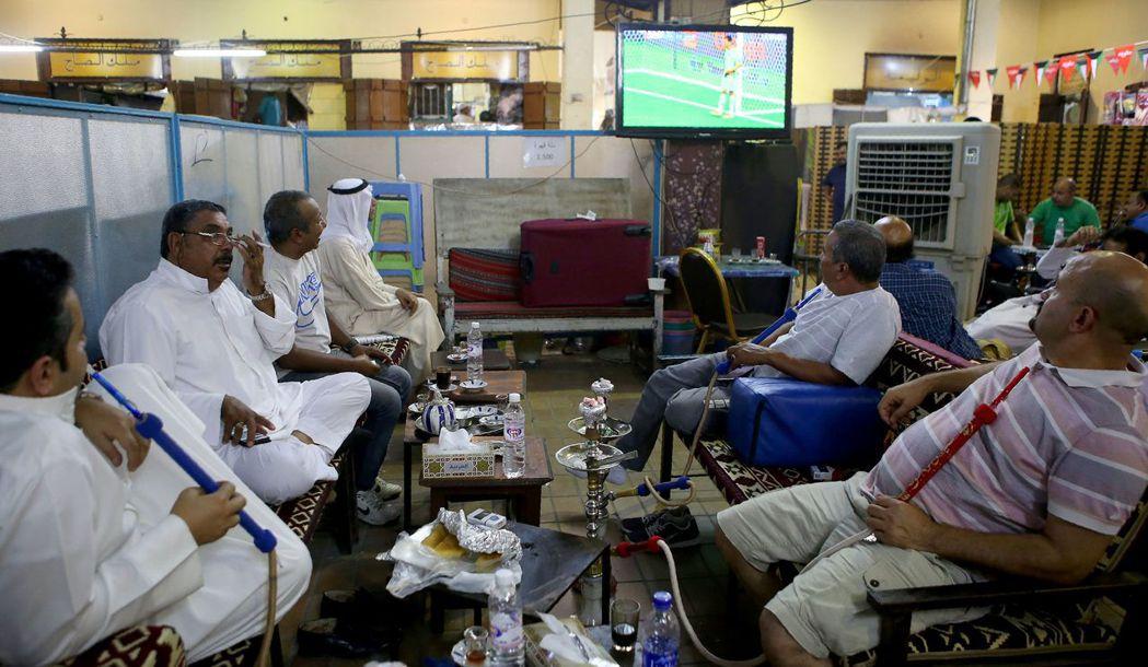 力圖在國內政壇扳回一城的艾哈邁德,再次落馬;而坐看王族亂鬥的科威特,則一如往常地...