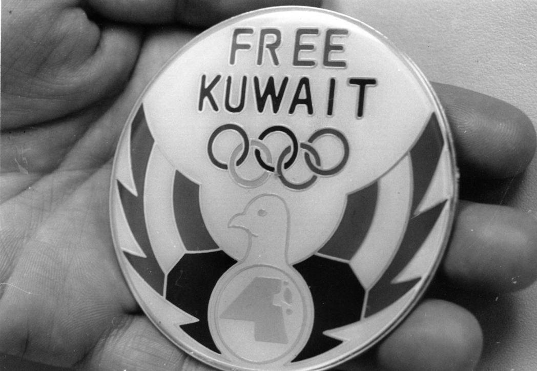伊拉克入侵科威特,科威特奧會流亡於沙烏地阿拉伯,在該會的會徽上特別加上自由的英文...