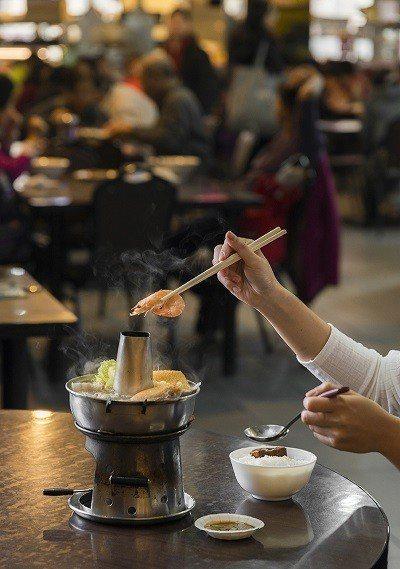 酸菜白肉鍋200元/成家小館的招牌自製酸白菜,純天然發酵,口感道地,並選 用上等...