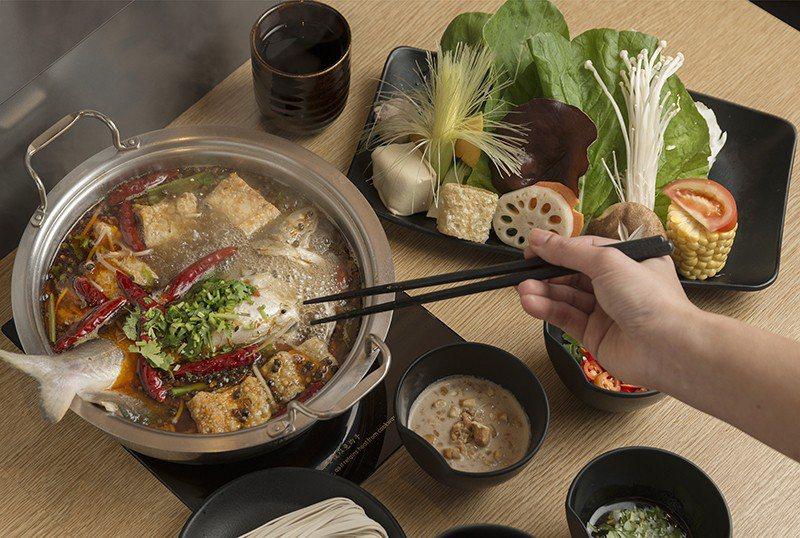 水煮魚鍋588元/麻辣鍋與魚很搭,挑選肉質鮮嫩的午魚,一整隻下鍋相當豪邁,附餐有...