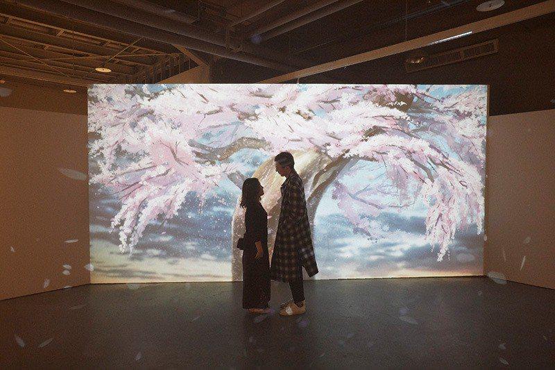 在《秒速五公分》中最具代表性的就是貫穿始末的櫻花飄落場景,也能在新海誠海外首場特...