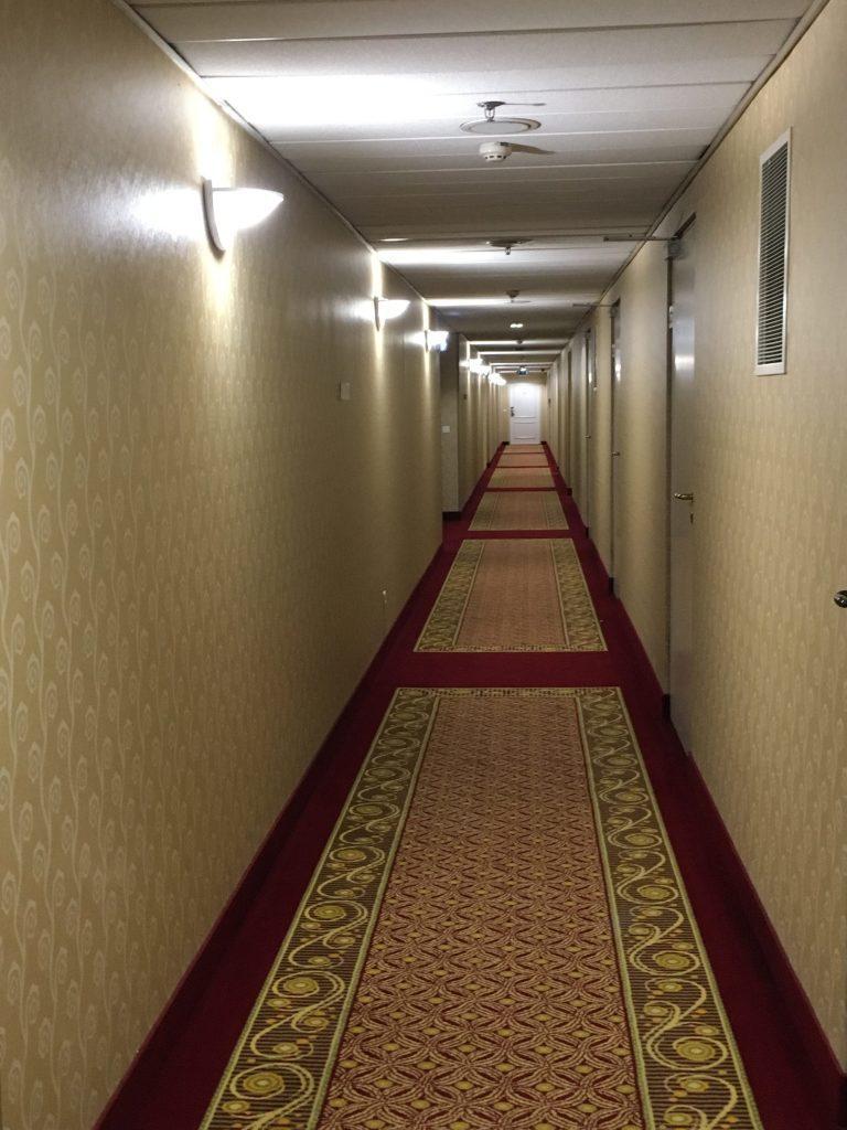 走廊的地毯和壁紙,都感覺很復古。圖文來自於:TripPlus