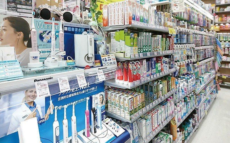 牙膏等日常用品區旁就是販售電動牙刷的家電區,巧妙搭配的動線讓購物更便利也更有樂趣...