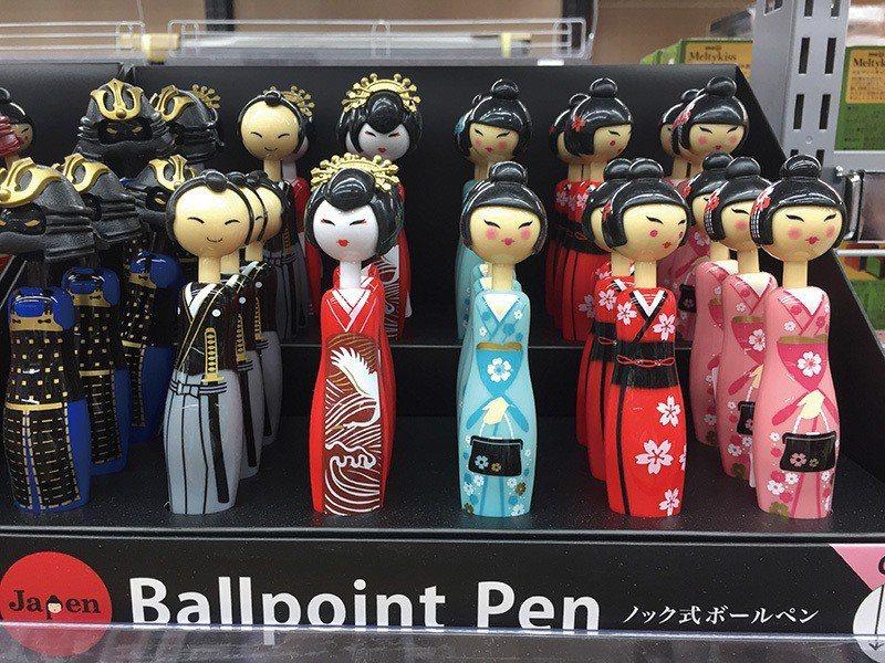 可愛的日本娃娃、武士造型原子筆,送禮或當成紀念品都很合適。