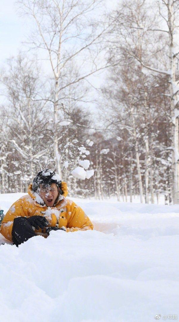 鄧超被雪攻擊到臉變形。圖/摘自微博