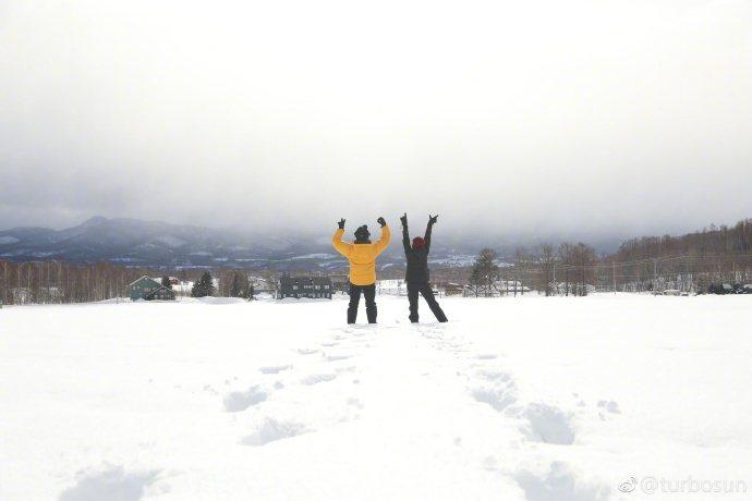鄧超與孫儷帶兒女到雪地度過元旦假期。圖/摘自微博
