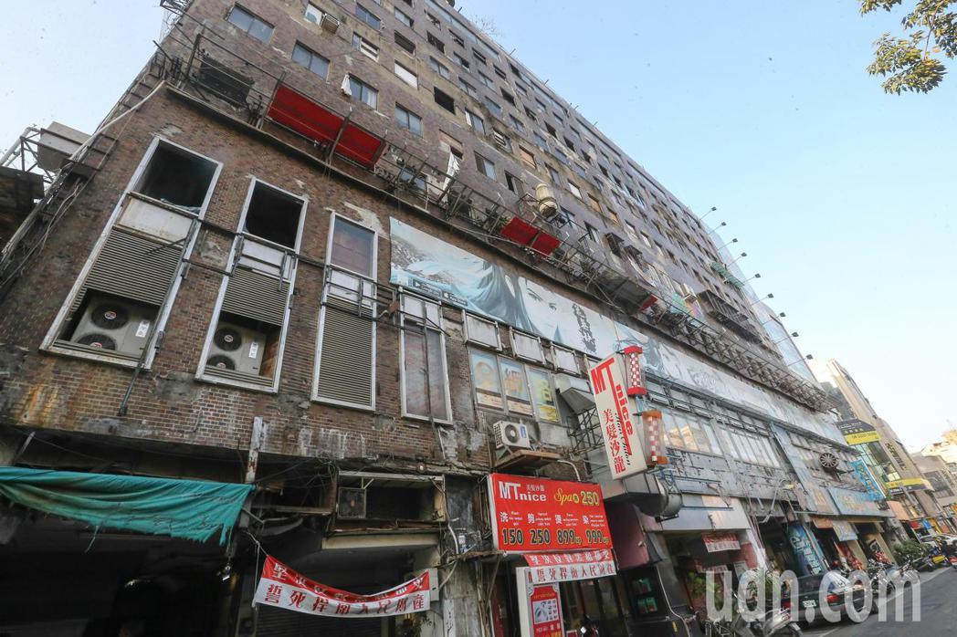 正進行都更的台中千越大樓,閒置已20年,有藝術團隊受邀進駐創作塗鴉,廢墟感的老建...