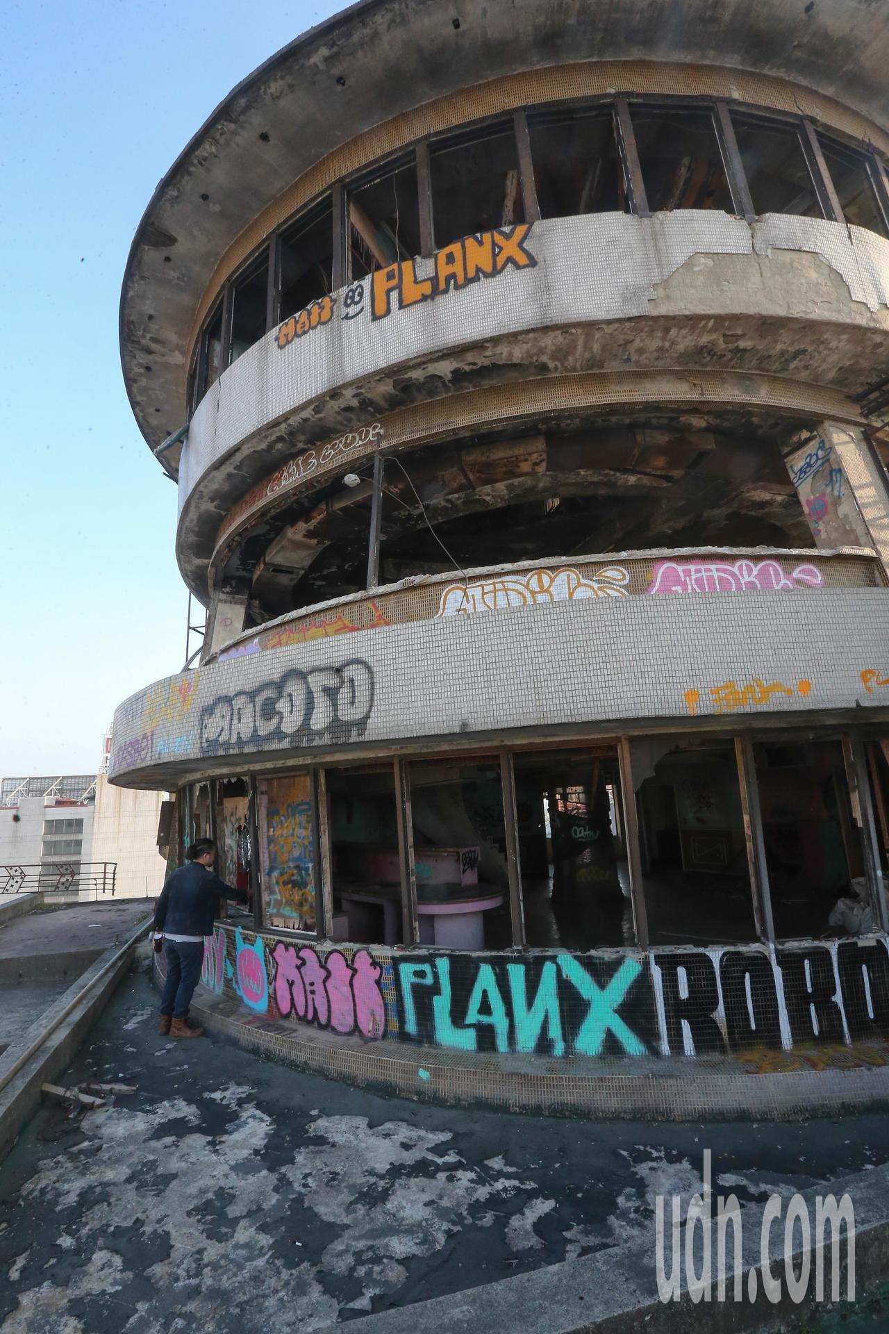 千越大樓頂層的飛碟屋藝術創作是年輕人爭睹之處。記者黃仲裕/攝影