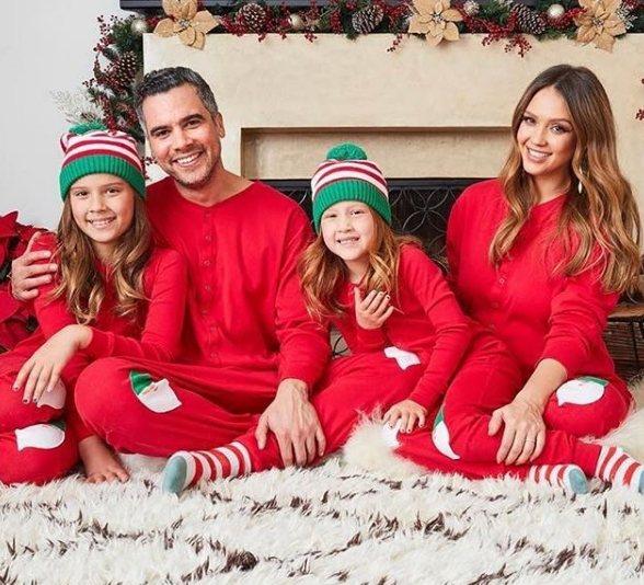 潔西卡艾芭(右)與一家人。圖/摘自IG