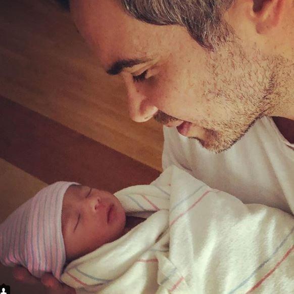 潔西卡艾芭的丈夫凱許華倫正深情看著兒子海斯。圖/摘自IG