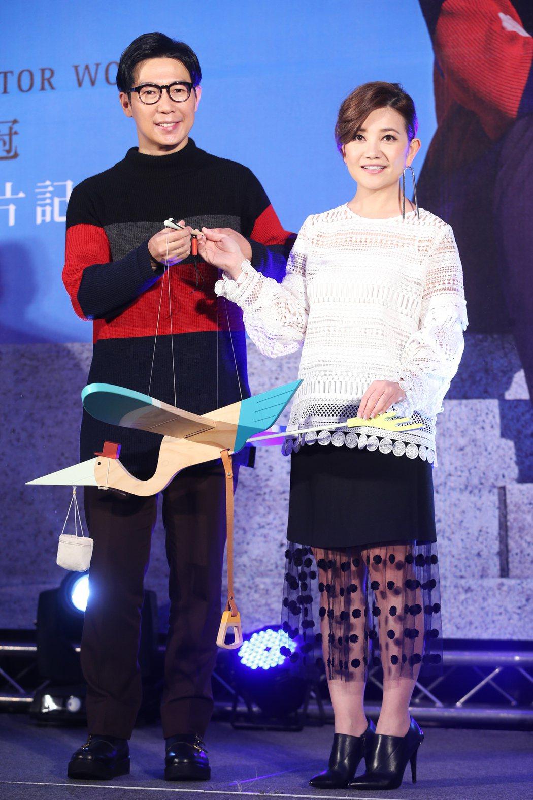 品冠在台北舉行《言外之意》新專輯發片記者會,梁靜茹帶來「送子鳥」送給品冠,恭喜品...