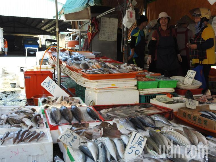 為孕婦、育齡婦女和幼童選購魚類,應避免鯊魚、旗魚、鮪魚及油魚等大型魚類。記者賴香...