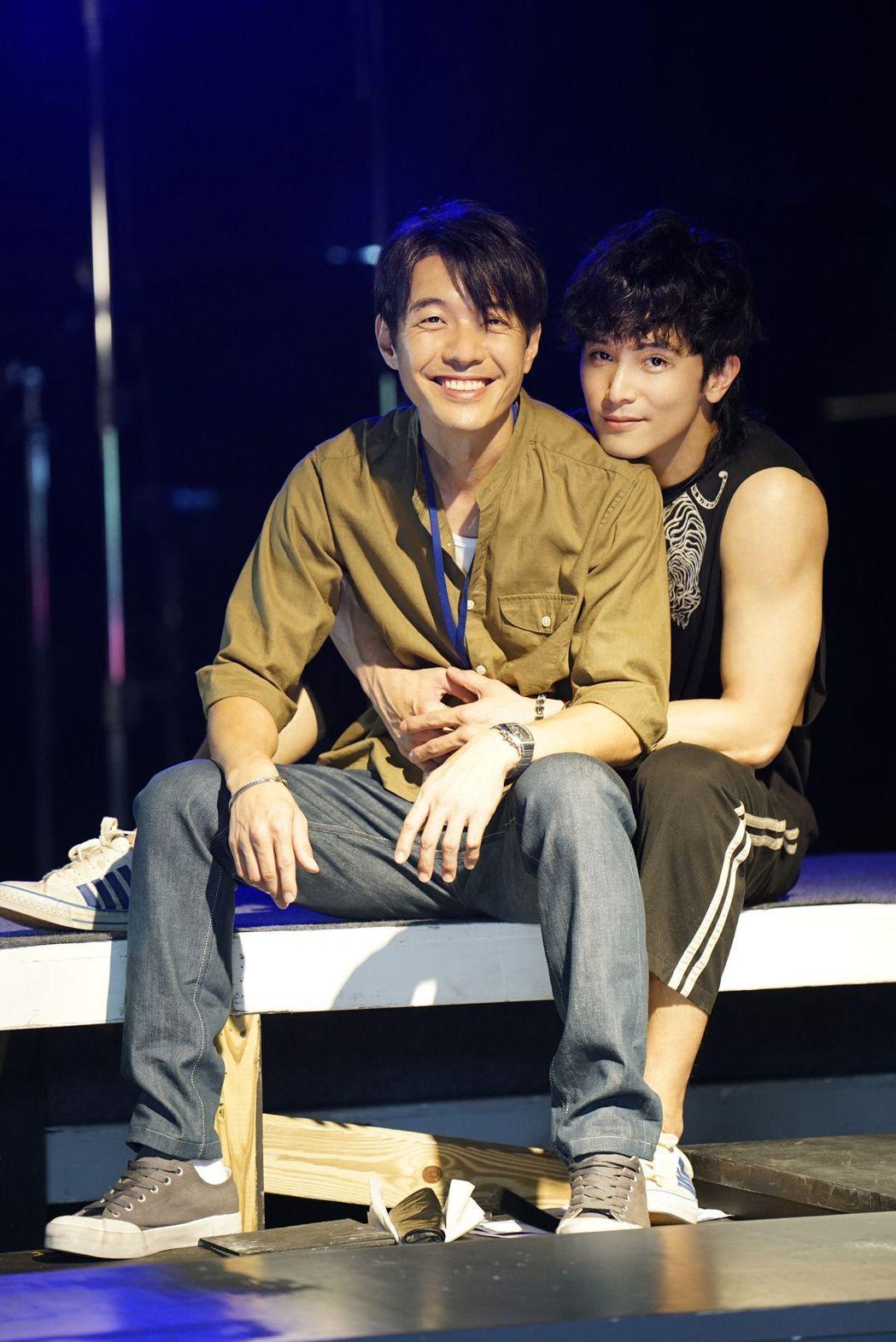 邱澤(右)、四分衛樂團主唱陳如山(左)合演的同志愛情電影「我們都愛他!」獲得文化