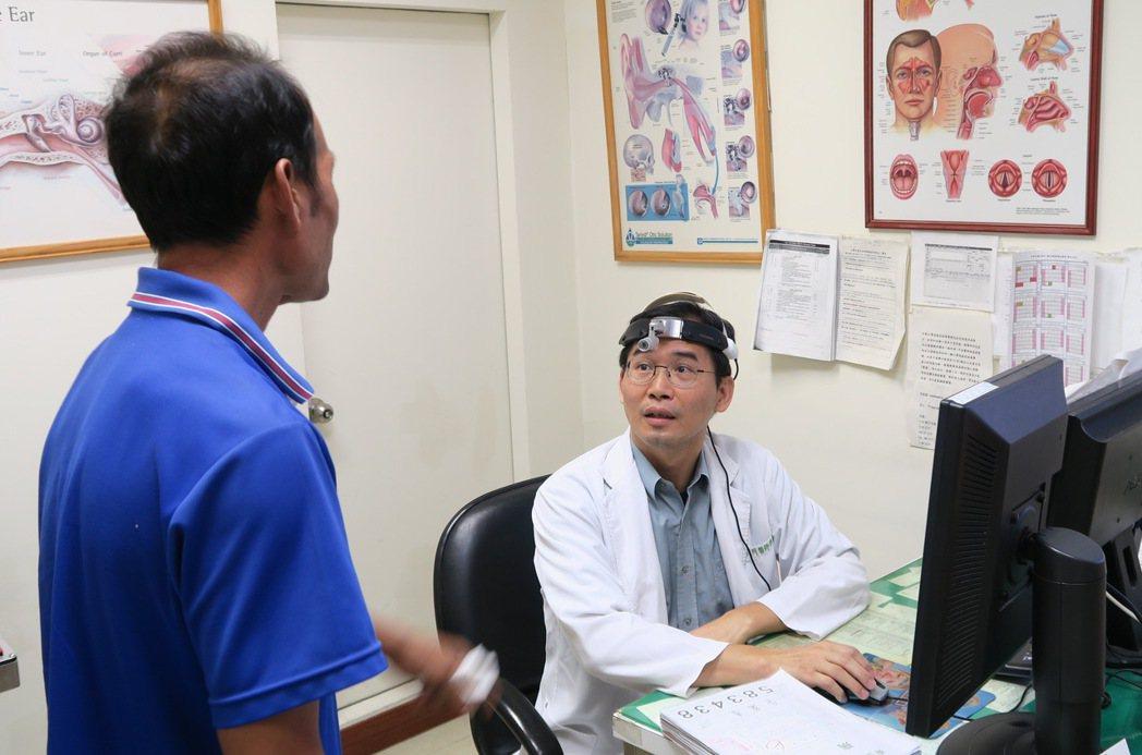 隔了13年,耳鼻喉科主任許嘉芳(右)又碰到曾罹患口腔癌的老病患。記者何烱榮/攝影