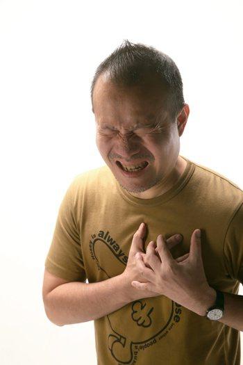 心肌梗塞常見症狀有胸口有壓迫感,易喘不過氣、上腹痛,有時會惡心嘔吐、常感到胸悶以...