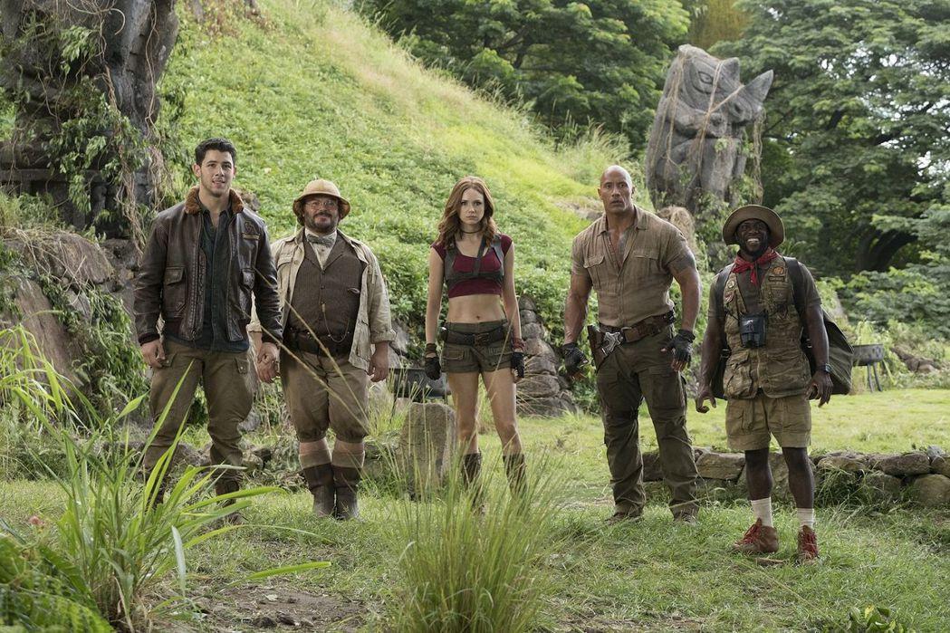 【野蠻遊戲:瘋狂叢林】主要卡司由左至右依序是尼克喬納斯、傑克布萊克、凱倫吉蘭、巨