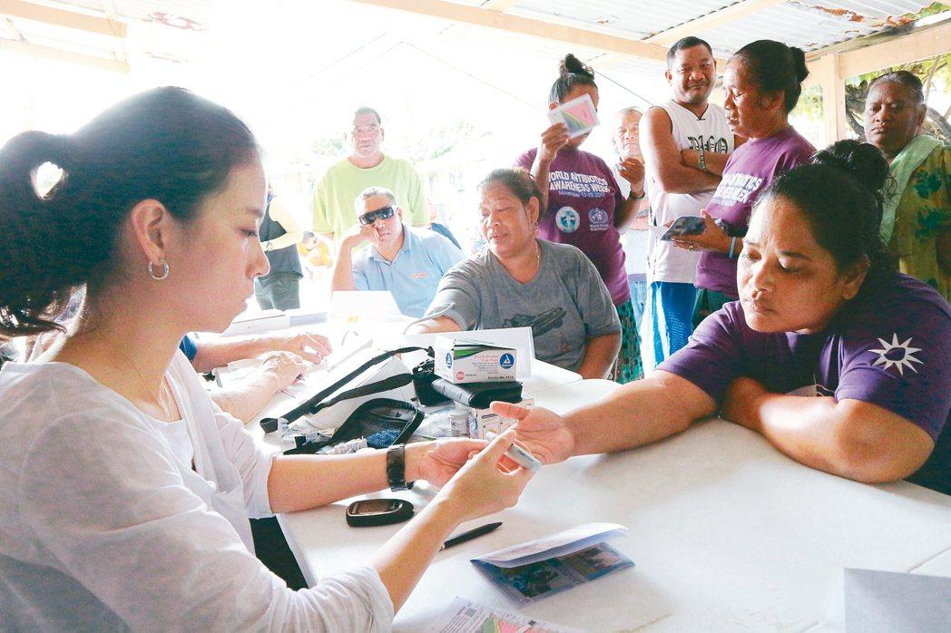 雙和醫院與當地的非政府組織,赴Barrk社區進行糖尿病篩檢,結果超過3成以上的民...