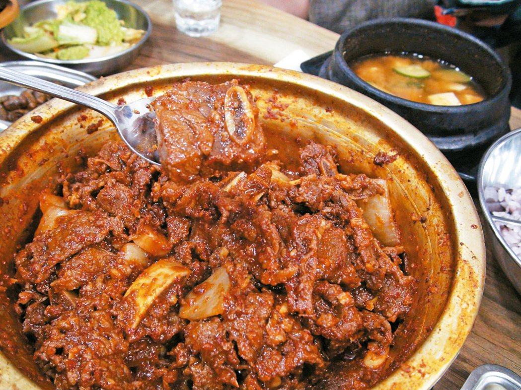 辣醬與大量蒜頭調味的燉排骨。 記者鄭婕妤/攝影