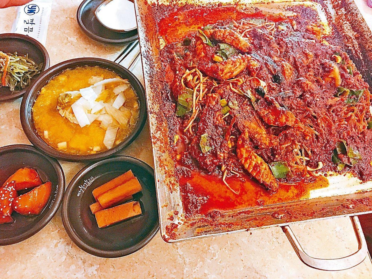 紅通通的辣炒河豚與南瓜冰泡菜。 記者鄭婕妤/攝影