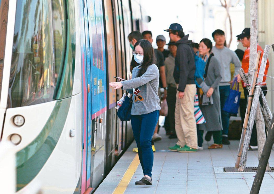 對抗空汙,高雄市從去年12月起連續3個月,率先實施大眾運輸免費搭乘措施,其中高雄輕軌載客率成長81.8%,環保局評估鼓勵改乘大眾運具頗有成效。 記者劉學聖/攝影