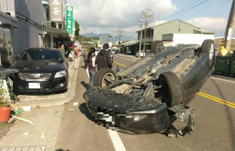 今年初一名女子疲勞駕駛下阿里山,自撞右側路邊車輛後翻車。 記者卜敏正/翻攝