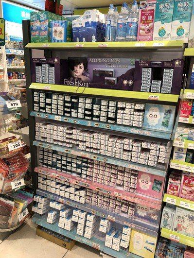 現在不僅眼鏡行可以販售隱形眼鏡,一般藥妝店也可以販賣, 記者高詩琴/攝影