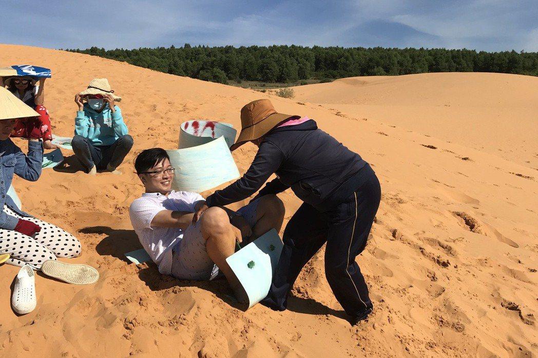 遊客到紅沙丘,可以體驗沖沙浪的樂趣。 記者黃日暉/攝影