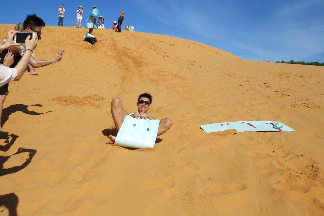 紅沙丘沖沙浪老少咸宜,暨刺激又好玩。 記者黃日暉/攝影