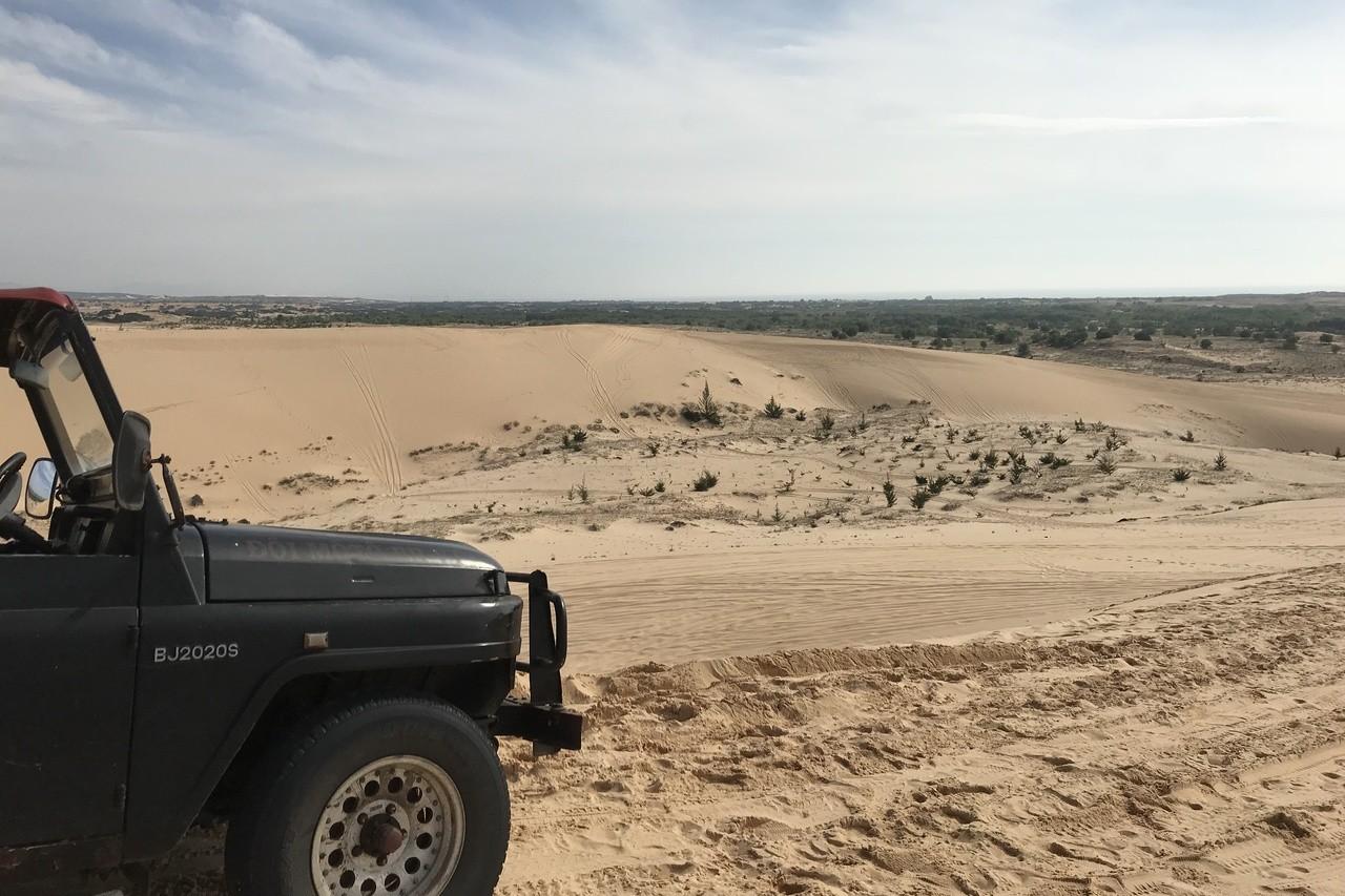 搭吉普車飆上白沙丘,遙望壯闊的沙漠景緻。 記者黃日暉/攝影