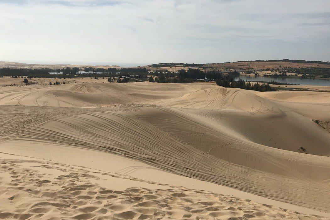 一望無際的白沙漠,讓人彷彿有置身中東大沙漠的錯覺。 記者黃日暉/攝影