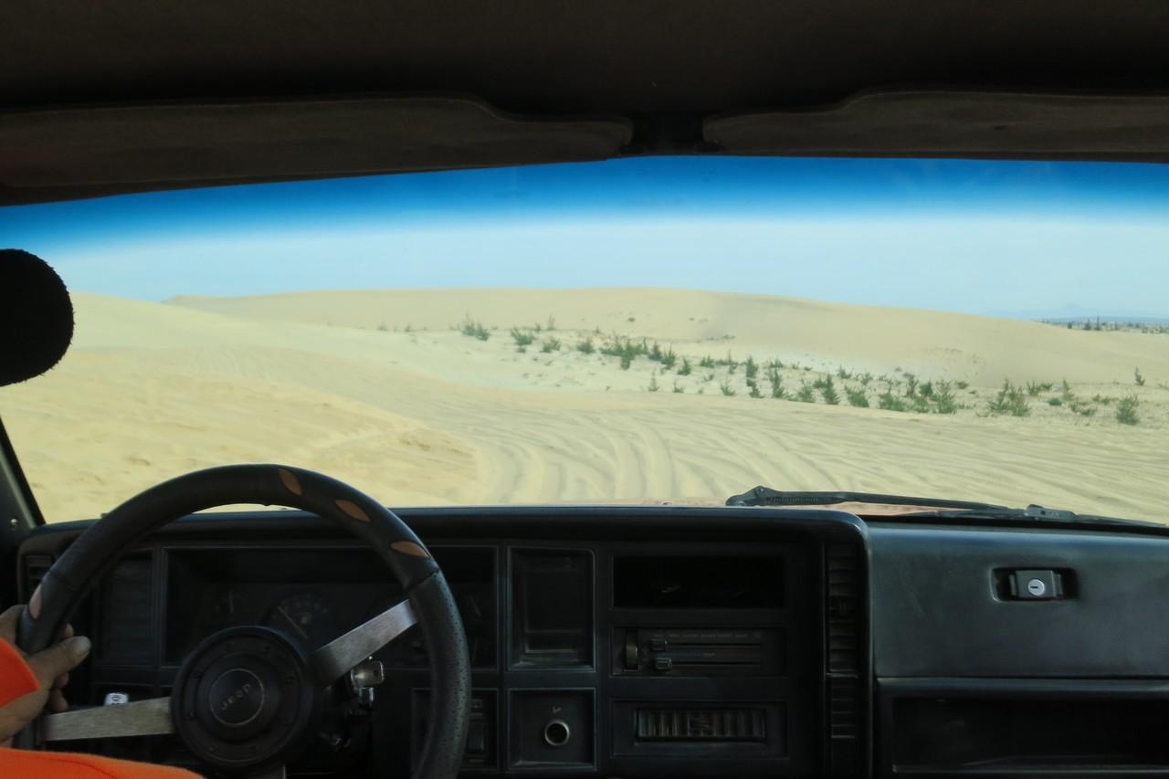 搭上老練司機駕駛的吉普車,穿梭浩瀚大沙漠。 記者黃日暉/攝影