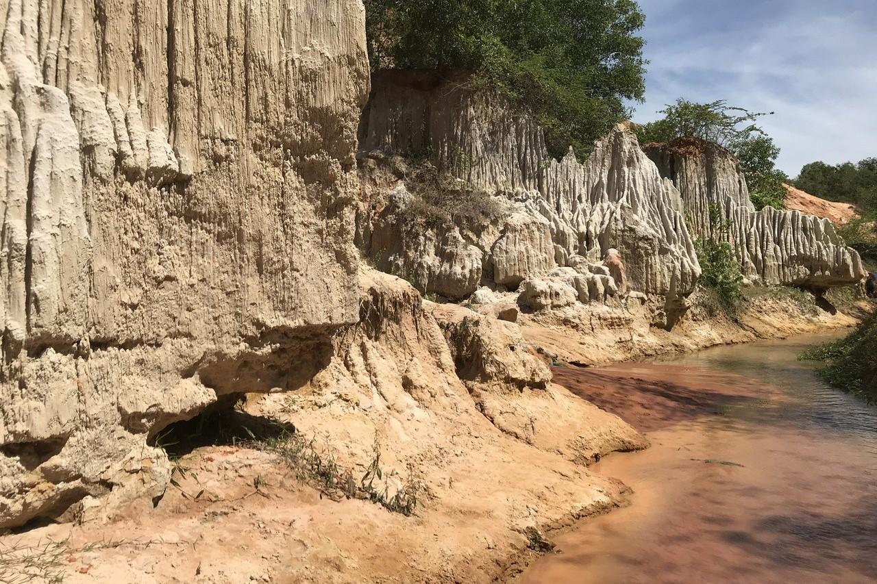 水道旁奇偉的岩石景緻變化無窮。 記者黃日暉/攝影